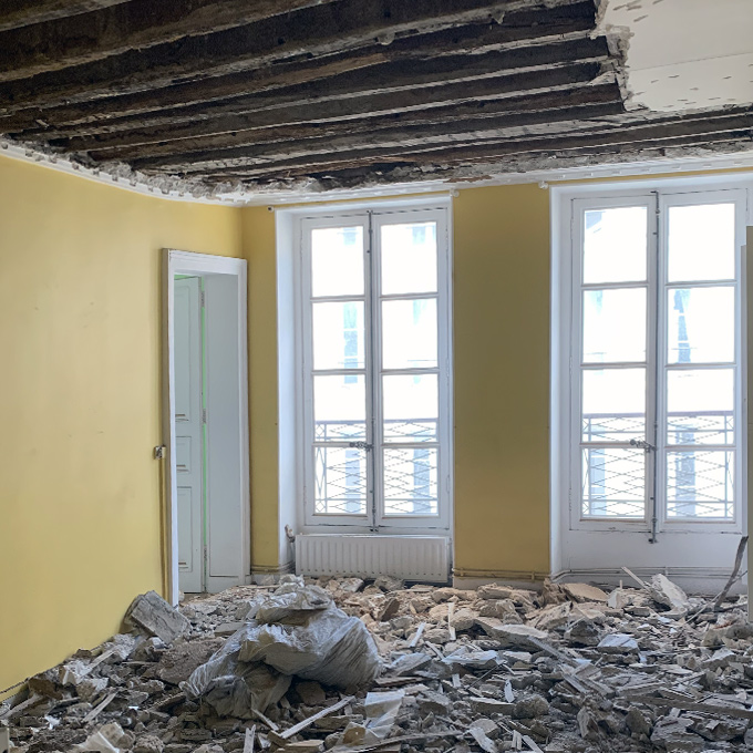 Déconstruction de plafond lors d'une rénovation d'appartement sur Paris